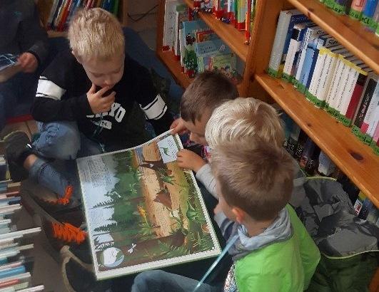Vorschulkinder aus Eidengesäß erkunden die örtliche Bücherei